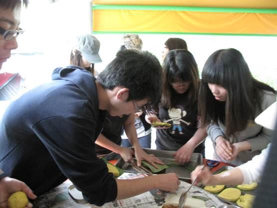 学生体验传统美食手工制作过程
